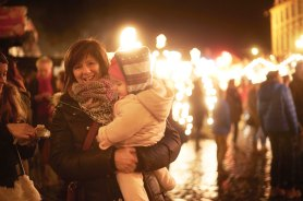 Impressions from the the Christmas-Market in Erbach: people at the market