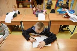 PHOTO: BARTOSZ KRUPA/EAST NEWS OWINSKA, 30/01/2013. OSRODEK OPIEKUNCZO - WYCHOWAWCZY DLA DZIECI NIEWIDOMYCH W MIEJSCOWOSCI OWINSKA. N/Z: LEKCJA RELIGII W SZKOLE PODSTAWOWEJ. DZIECI PISZA WYKOZYSTUJAC MASZYNY BRAILE'A. TYLKO PIOTREK KOZYSTA Z TRADYCYJNEGO ZESZYTU I DLUGOPISU. Owinska, Poland 30/01/2013 The school for blind children in Owinska. In the picture: religion lesson at primary school. Children are writting on Braile typewriters. Only Piotrek is using traditional pen.