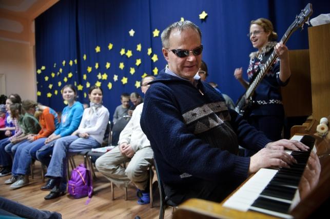 """PHOTO: BARTOSZ KRUPA/EAST NEWS OWINSKA, 29/01/2013. OSRODEK OPIEKUNCZO - WYCHOWAWCZY DLA DZIECI NIEWIDOMYCH W MIEJSCOWOSCI OWINSKA. N/Z: PROBA SZKOLNEGO CHORU """"DZIECI PAPY"""" POD PRZEWODNICTWEM NIEWIDOMEGO NAUCZYCIELA MUZYKI, PANA HENRYKA WEREDY. Owinska, Poland 29/01/2013 The school for blind children in Owinska. In the picture: """"Dzieci Papy"""" school choir rehearsal conducted by blind music teacher mr. Henryk Wereda."""
