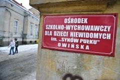 PHOTO: BARTOSZ KRUPA/EAST NEWS OWINSKA, 29/01/2013. OSRODEK OPIEKUNCZO - WYCHOWAWCZY DLA DZIECI NIEWIDOMYCH W MIEJSCOWOSCI OWINSKA. N/Z: BASIA W TOWARZYSTWIE PRZEWODNICZKI MAGDY CWICZY PORUSZANIE SIE O LASCE. Owinska, Poland 29/01/2013 The school for blind children in Owinska. In the picture: Basia accompanied by her guide Magda is practicing moving with a walking stick.