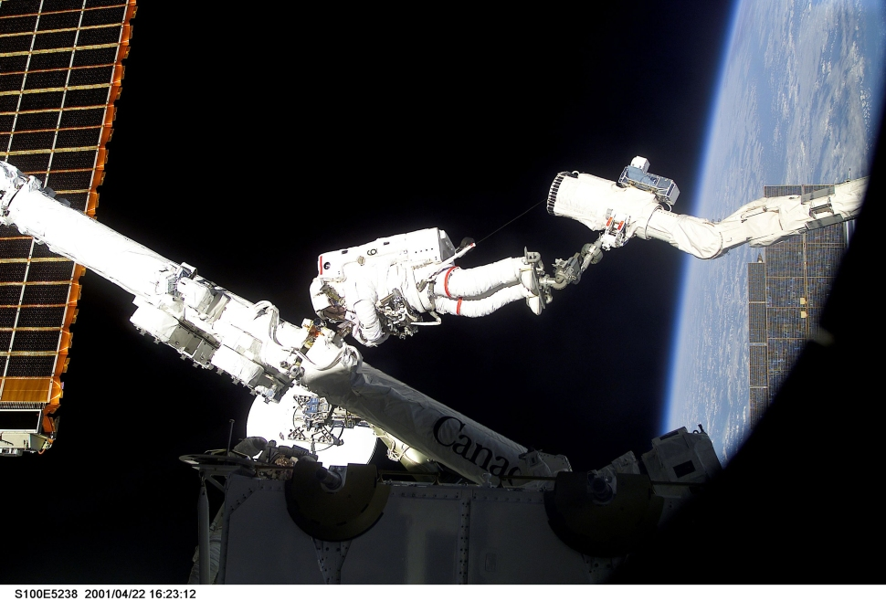Astronaut-Chris-Hadfield-on-mission-STS-100-spacewalk