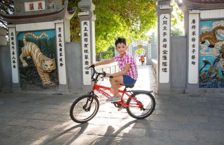 _hi-res_c_karnow_biking_vietnam_285