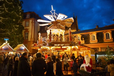 "Impressions from the the Christmas-Market in Erbach: Santa Claus at the christmas market, in front of the ""mulled wine-booth"" and the castle."